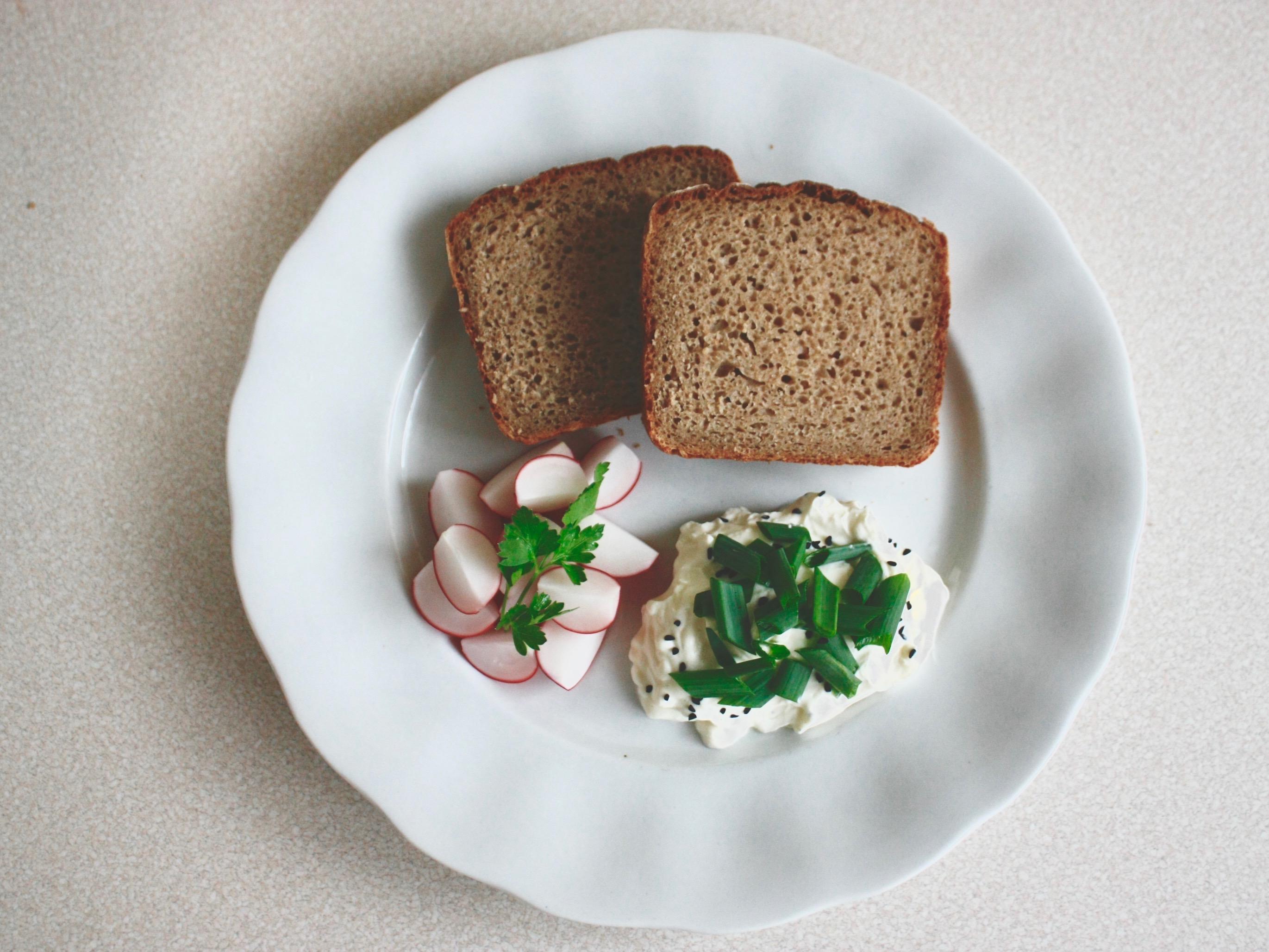 ŚNIADANIE - chleb żytni z twarogiem, szczypiorkiem i rzodkiewką